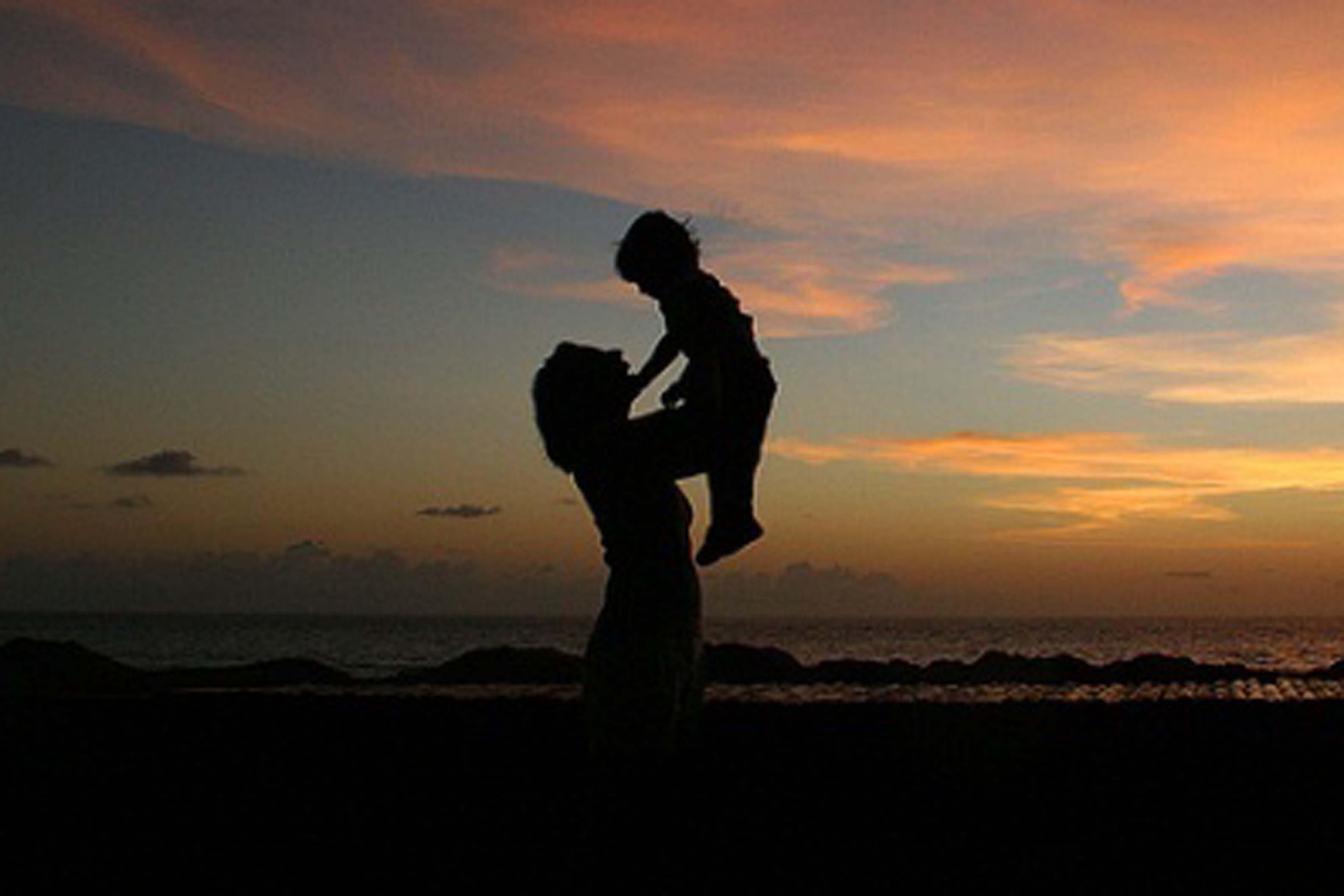 Днем рождения, картинка мамы с сыном со спины